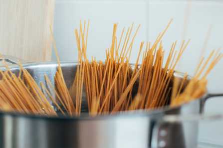 Spaghetti in pan © Robin Stickel via Getty Images